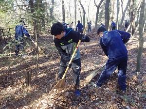 落ち葉を掃く生徒
