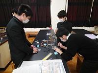 実験操作をする生徒