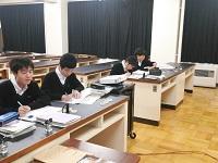 考察する生徒